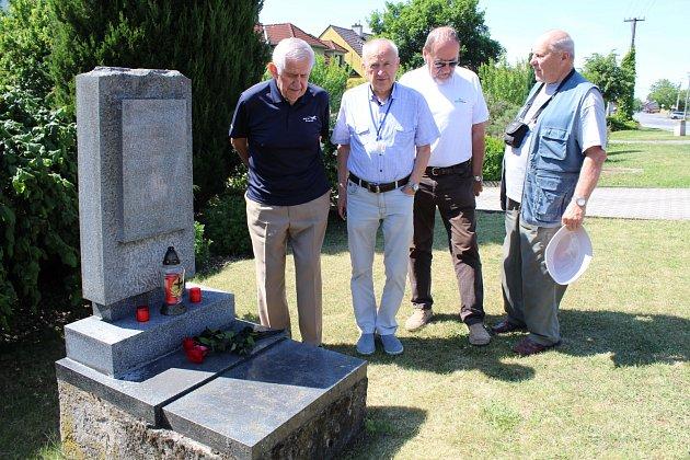 Po 40 letech od neštěstí vzpomínali na své kolegy u pomníčku v Nedakonicích (zleva) František Srnec, Stanislav Sklenář, Albert Orlita i Josef Gabrhel.