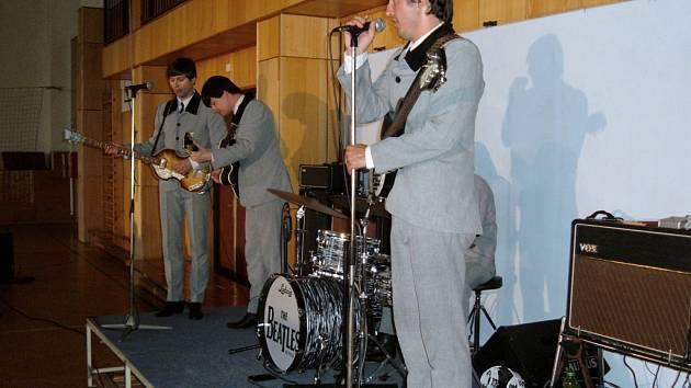 Úvodní potíže vynahradila kapela návštěvníkům energickým představením.