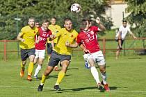 Fotbalisté Uherského Brodu (červené dresy) doma prohráli s Hanáckou Slavií Kroměříž 0:1.