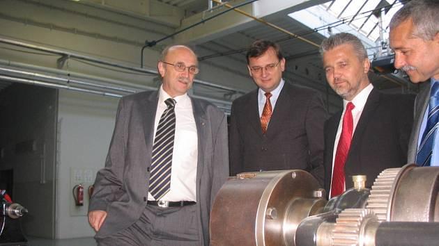 Místopředseda vlády a ministr práce a sociálních věcí Petr Nečas (na snímku druhý zleva) před svým úvodním referátem na konferenci navštívil areál brodských Slováckých strojíren.