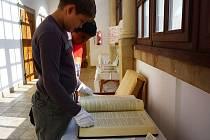 Unikátní putovní výstavu Bible včera, dnes a zítra hostí až do středy 23. září Městská knihovna v Uherském Ostrohu.