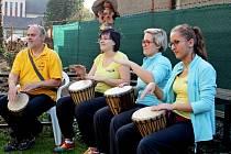 V zahradě DDM Šikula zasadili lípu, vypálili keramiku v papírové peci, učili se bubnovat, ale také se zaposlouchali do bubenické show.