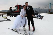 Manželé Jan a Kateřina Heroudkovi ze Ždánic si krátce po únosu nevěsty společně zalyžovali na lyžařském svahu na Stupavě.