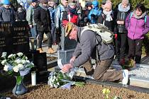 POCTA VELITELI. Účastníci pochodu se na velehradském hřbitově poklonili památce Pavla Vávry a pak si vyšlápli do Chřibů.