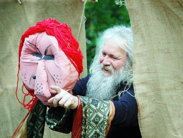 Na Nezdenské skale vystoupili i členové brněnského souboru Bedruňka s hrou Jabloňová panna.