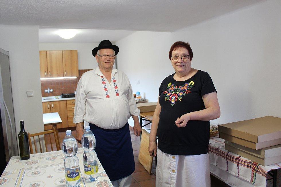 Pět památkových domků v hlucké ulici Rajčovňa. Starají se o ně manželé František a Ludmila Jelénkovi.