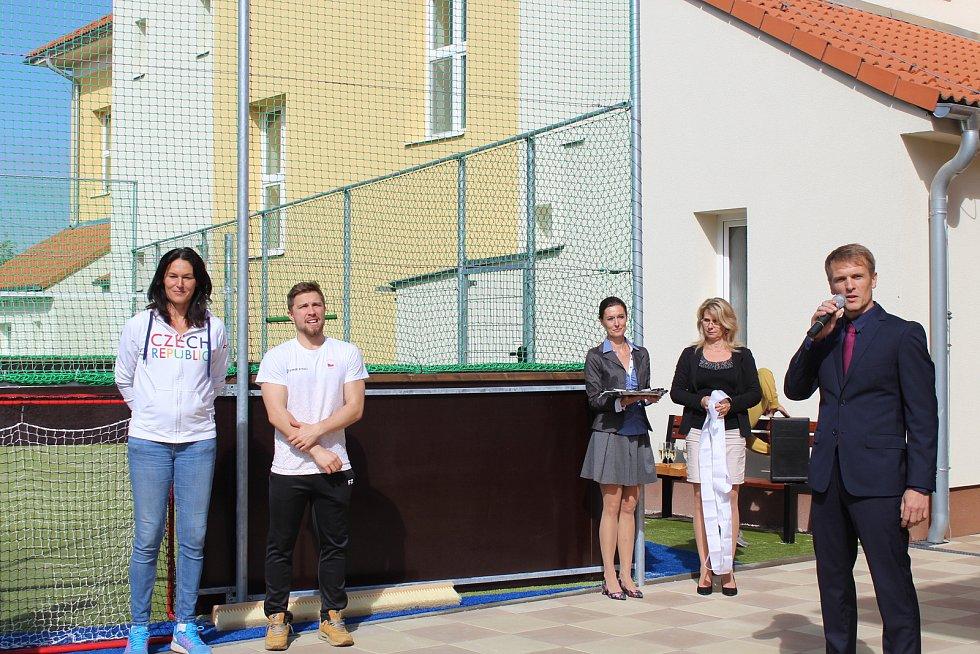 Sportovní delegace olympijských medailistů v doprovodu starosty Lumíra Kreisla a ředitele školy Břetislava Leblocha vešli do školní brány v Horním Němčí, aby společným přestřižením pásky otevřeli nový areál hřiště a dvora.