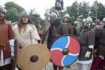 Válečníci se před bojem sešikovali před hradiště.