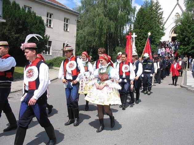 Oslavy završil pochod ze mše v průvodu s dechovkou.