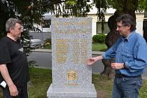 Jeden z iniciátorů vybudování památníku Jan Štokman (vlevo), spolu s místostarostou Buchlovic Květoslavem Žižlavským se účastnili usazování památníku čtrnácti zahraničním vojákům zapojených v tamní odbojové organizaci Obrana národa.
