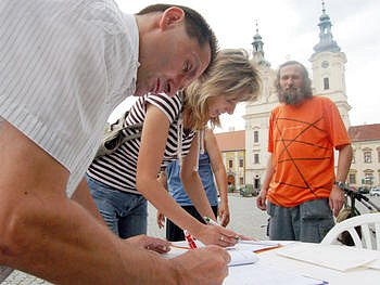 Ilustrační foto. Podpisová akce na snímku je jedna z petic, organizovaná proti výstavbě supermarketu Billa v Uh. Hradišti.