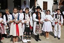 Osmnáct zpěváčků z osmi základních škol zpívalo v Muzeu keramiky Tupesy o malované džbánečky.