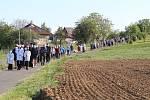 Symbolicky v den výročí 100 let od narození Svatého otce Jana Pavla II., položili v pondělí 18. května navečer nedaleko Tupes základní kámen pro památník návštěvy tohoto prvního slovanského papeže v našem regionu. Účastníci dorazili na místo v procesí.