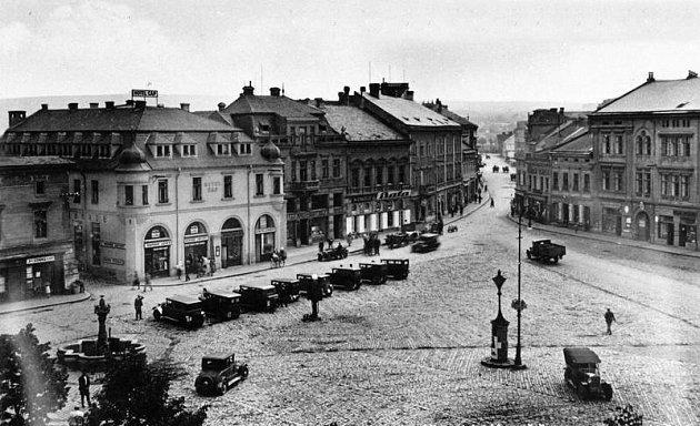 Masarykovo náměstí a pohled do Havlíčkovy ulice v Uherském Hradišti kolem roku 1930