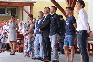Zahájení školního roku v ZŠ Sportovní v Uherském Hradišti. Zleva, vedení školy, uprostřed místostarosta Ivo Frolec a vpravo fotbalisté z 1. FC Slovácko .