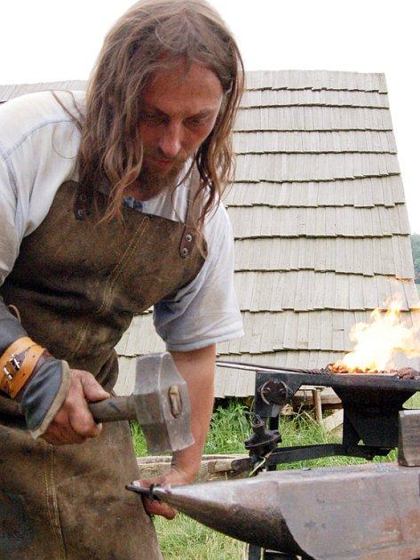 Své umění předvedl ve skanzenu také kovář Oto Žitník z Lebedova.