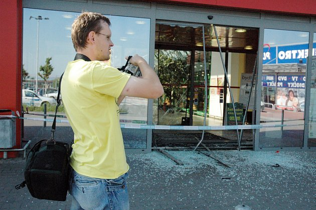 Krádež bankomatu v Intersparu ve Starém Městě.