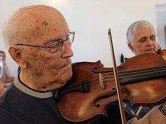 Na tradiční zkoušce své muziky Hudci Pondělníci oslavil s malým předstihem 30. května své 102. narozeniny (narodil se 6. června 1914) primáš František Hamada.