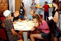 RUKOPISY I KRESBY. V průběhu letošních cyrilometodějských slavností Dnech se do přepisování Bible zapojilo 333 lidí a 54 dětí úryvky z Knihy knih nakreslilo.