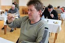 Porotce Miroslav Stodůlka zBoršic si všímal zabarvení vína.