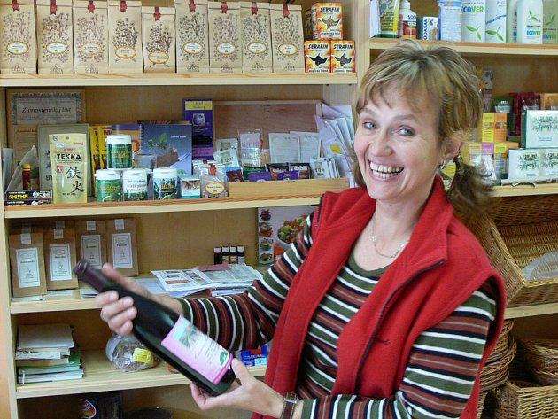 Alena Kozáková ukazuje jedno z biovín z prodejny zdravé výživy v Kroměříži.