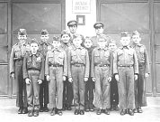 HASIČI PŘED ZBROJNICÍ. Mladí hasiči na sklonku 60. let minulého století nastoupeni před hasičskou zbrojnicí.