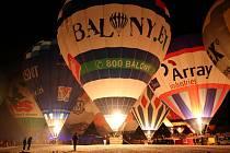 Mezinárodní balónový festival Filzmoos 2019. Na snímku uprostřed je balón našeho týmu Balony.eu z Břestku při nočním nafukování.