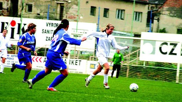 Fotbalistka Slovácka Klára Cahynová (ve světlém).