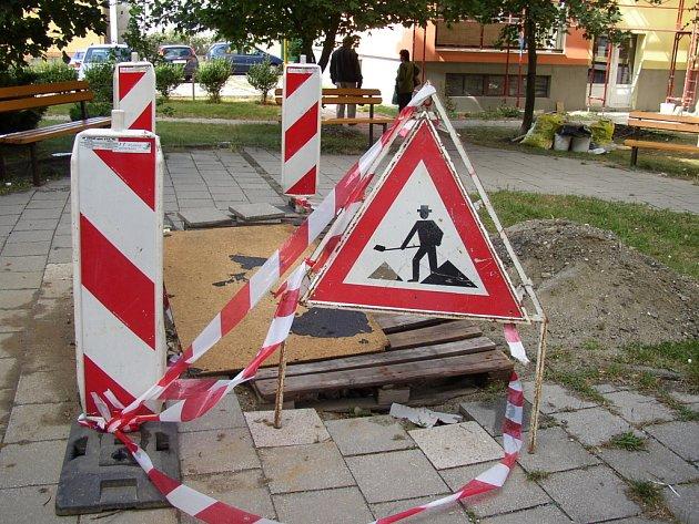 Na opravě chodníku již pracují zaměstnanci Hradišťských technických služeb.
