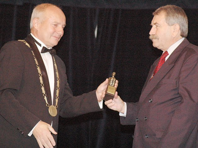 Cenu města převzal Jiří Deml (vpravo) od současného starosty Kunovic Jiřího Vařechy.