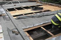 Požár části střechy výrobní haly ve Starém Městě