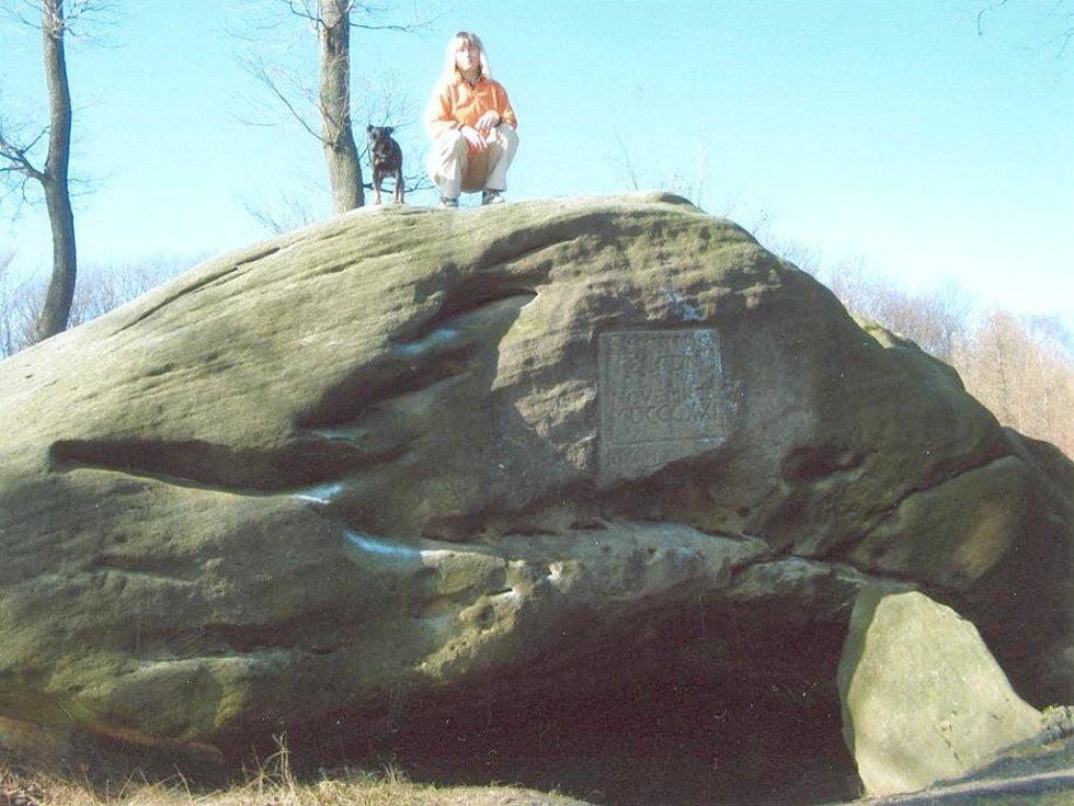 S Roxem na Zikmundově skále s jeskyňkou a zabudovanou deskou s vytesaným nápisem Sigmund Felsen.