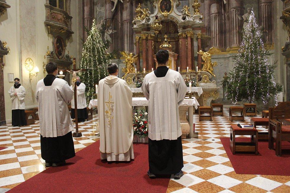 Půlnoční bohoslužba v kostele sv. Františka Xaverského v Uherském Hradišti. 24.12. 2020