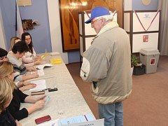 Tradičně volební místnost v Ostrožské Lhotě uzavíral svým hlasováním ve 13:58 pětašedesátiletý Josef Vaněk.
