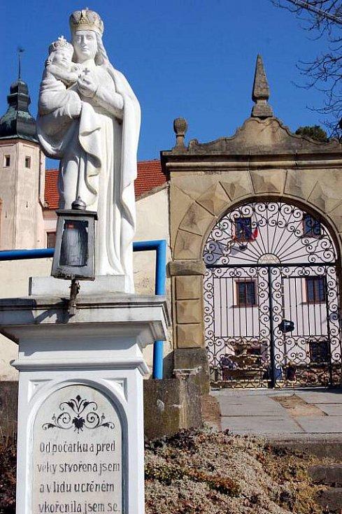 Ořechovský zámek po letech znovu navštívili lidé. Mohli se podívat, jak nový zámecký pán sídlo přestavuje.