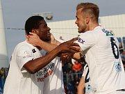 Francis Kone a oslava gólu na 1:0, vpravo Stanislav Hofmann.
