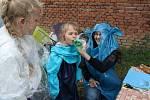 Kluci a holky soutěžili, kdo udělá větší bublinu.