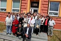 SETKÁNÍ. Huštěnovičtí rodáci a jubilanti si dali v sobotu dostaveníčko v kulturním domě, ale nenechali si ujít ani prohlídku obce.