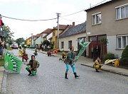 Pestrý kulturní program stylově zahájili v ulici pod zámkem italští vlajkonoši – Sbandieratori di Sant´elpidio A mare.