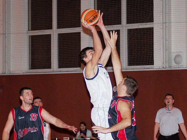 Basketbalisté JVSB Uherské Hradiště (v bílém) se v oblastním přeboru trápí, patří jim poslední příčka.