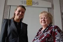 Eva Čerešňáková (vlevo) a Zdena Wasserbauerová seznamovaly studenty s problematikou dárcovství krve a kostní dřeně.