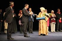 Květa Fialová dostala po středečním představení Harold a Maude ve Slováckém divadle v Uherském Hradišti ministerskou cenu za své umění.