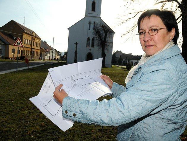 Plány, které ukazuje starostka Jarmila Ulmanová, by se měly na jaře změnit v realitu.