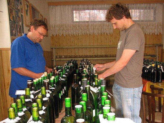 Zahrádkáři v Dolním Němčí číslují láhve na košt vína.