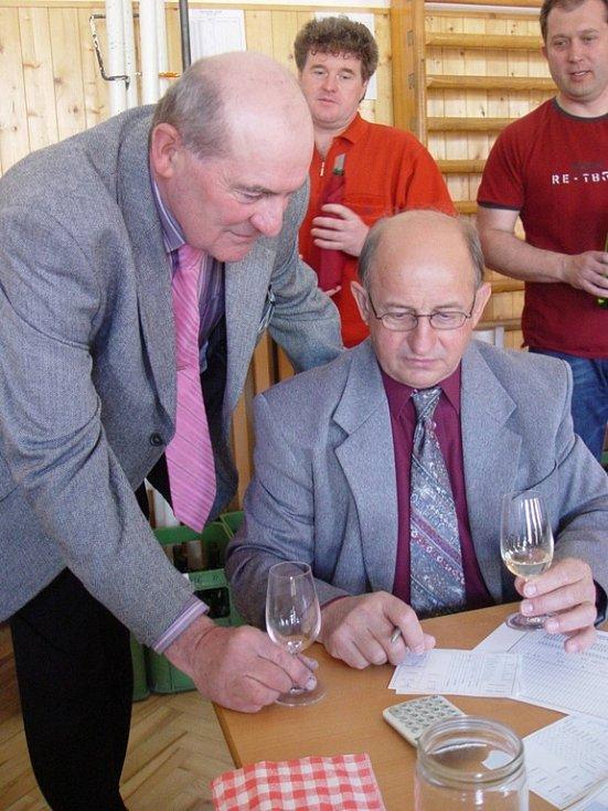 Garant Jaroslav Vaďura a vedoucí stolu Vojtěch Náplava při hodnocení vín.