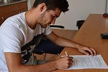 Michal Trávník podepisuje smlouvu v Jablonci.