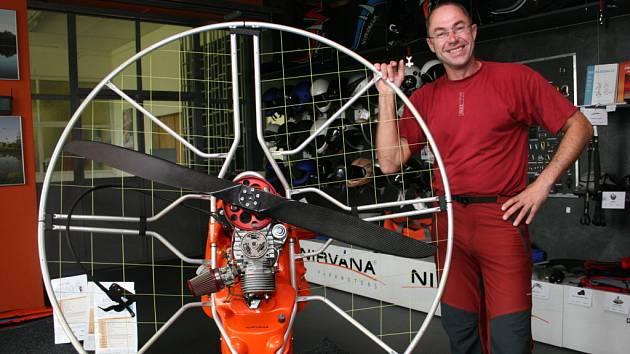 S MOTOROVOU KROSNOU. Pavel Březina se paraglidingu věnuje už řadu let. Zařízení pro létání nejen vymýšlí a prodává do světa, ale sám na něm i úspěšně závodí.