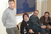 O přestávce přelíčení. Zleva stojí obžalovaný Petr Plášek, Lenka Dulínková, její otec Tomáš a Břetislav Čaňo.