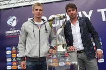 Pohár pro mistrovství Evropy do 21. let ve fotbale. Ilustrační foto.