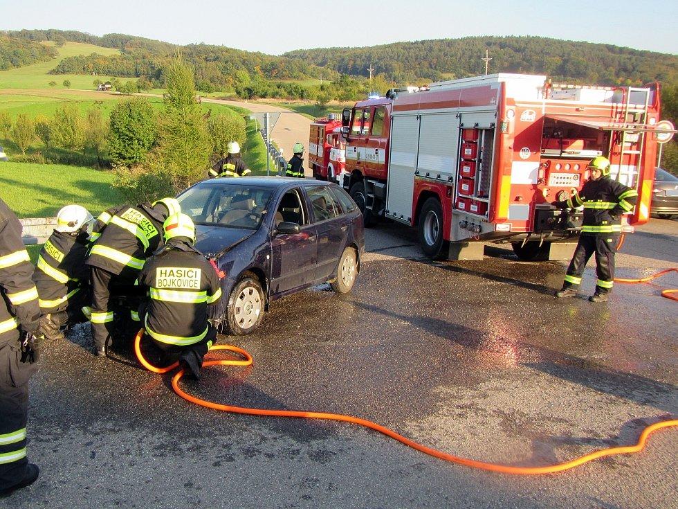 Pouze škody na vozidlu si vyžádal požár osobního automobilu Škoda Fabia mezi obcemi Pitín a Hostětín.